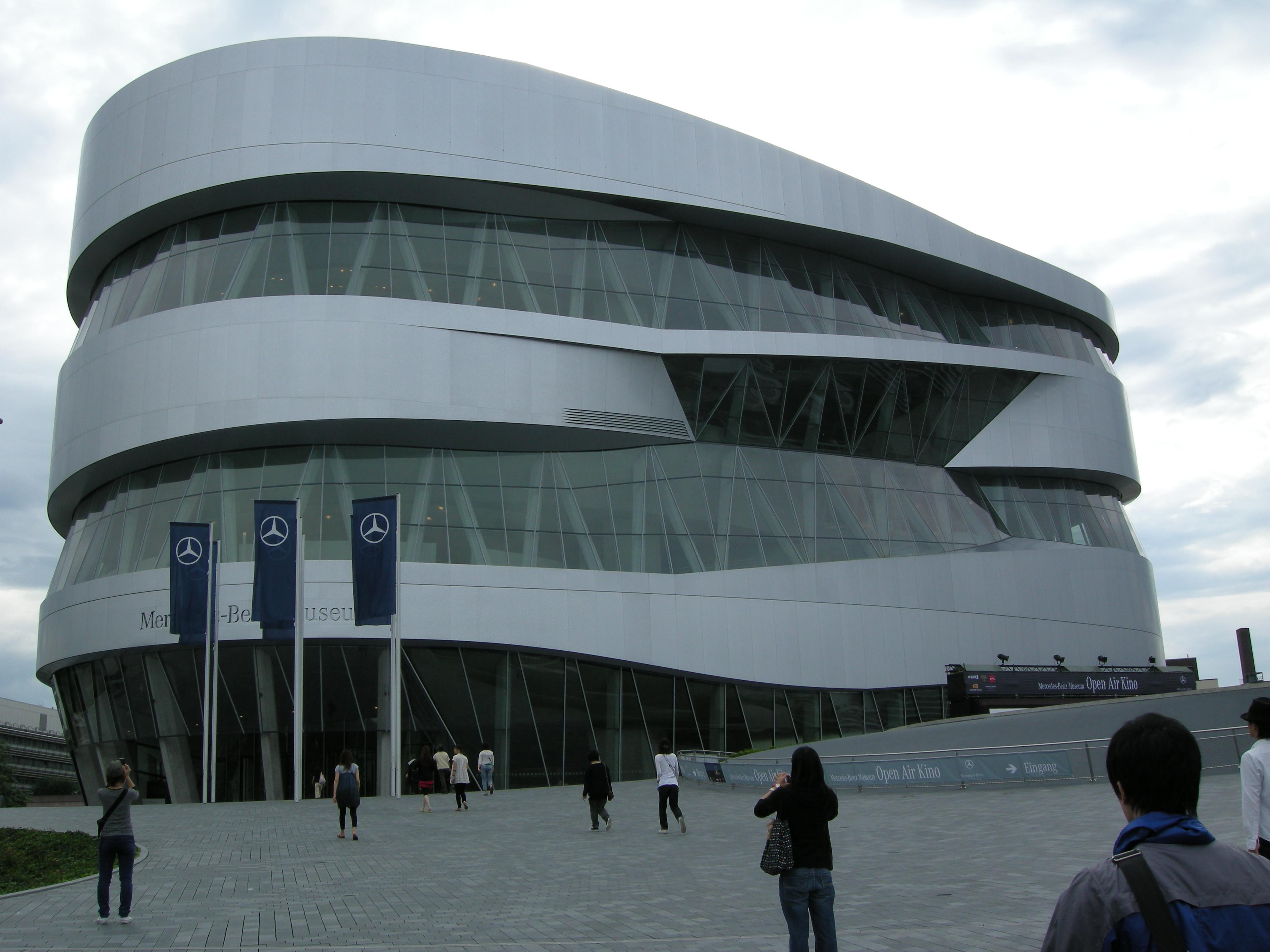 ベンツミュージアム-近未来的な二重螺旋の展示場-
